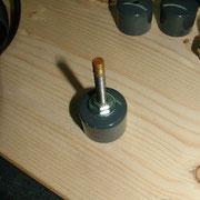 PVC Endkappe auf Gewindestange aufgeschraubt