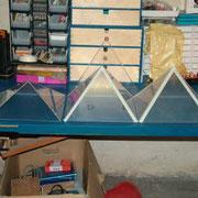 Sicht auf 3 fertige Plexiplaspyramiden.