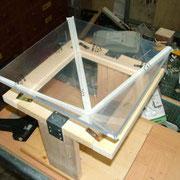 Pyramide zusammengeklappt (Kreppband außen) und bereit zum verkleben mit Heiss- oder Powerkleber.