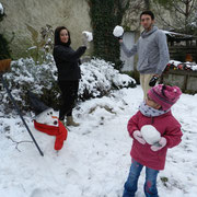 Noémie, Lylou et Sylvain devant leur bonhomme de neige !!!