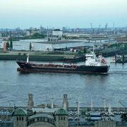 Morgens mit der Flut kommen die meisten Schiffe in den Hafen