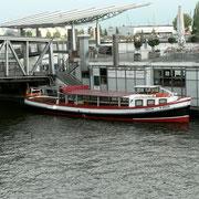 Mit der Barkasse machen wir eine Hafenrundfahrt