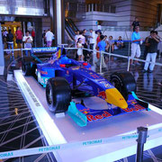 ペトロナスがスポンサーなので本物のF1カーも展示されてたよ。
