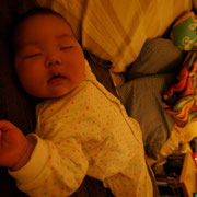 お父さんの方にもたれると最近はすぅ~っと落ちるように眠るんだね。