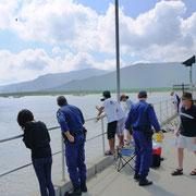 """途中""""国境警備""""の制服を着たOZたちも見物にきた。オーストラリア人は釣りが大好き。"""