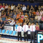 この日はピンクリボン運動でコーチたちもピンクのネクタイをしてたね。