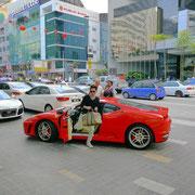 お金持ちのチャイニーズのおぼっちゃんがフェラーリでショッピングセンターに乗り付けた瞬間。