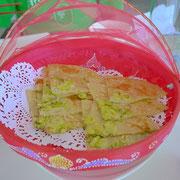 中国のピザ的な、ネギの風味が漂うモチモチし食感。 器もかわいらしい。
