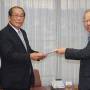 要望書を手渡す小村吉一党市委員長