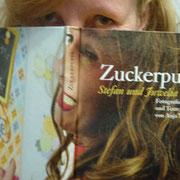DieFotografin Anja Teske mit ihrem Buch »Zuckerpuppe«. Foto©Paul Chernosky