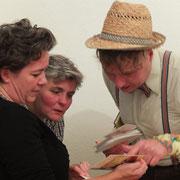 Juwelia mit Besucherinnen. Foto©M.Reichelt