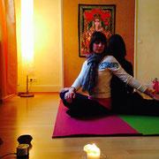 Iris und Vesna machen Yoga