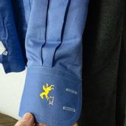 オーダーなのでこういうイニシャルとアイテム(ペガサス)を縫い込めます。袖口も市販のものよりラウンドになっています。