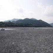 上流側を望む、このはるか上流、愛媛との県境にかつて医師として働いた本川村があります