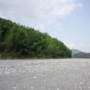 川岸から幼い時に遊んだ竹林の堤防を望む、Inoue Methods作成者の画像にあるのと50年を隔てて同じです