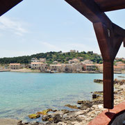 Blick vom Restaurant Bracara auf Vrgada mit seiner Kirche ganz oben .