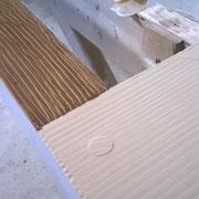 à droite la couche d'apprêt, à gauche dessin du fil du bois