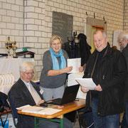 Die fleißigen Hände! Präsident Gerd Voß mit seiner Frau Angela bei der Katalogbearbeitung! F:Stanke