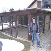 Gerhard vor seiner ganzjährig offenen Zuchtanlage. F:nawrotzky