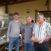 Obmann R.Peisker beglückwünscht die Besitzer der besten Jungtiere, F:Buchler