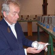 Gruppenleiter Dr. Scheck bei der Handbewertung. F:Coßmann