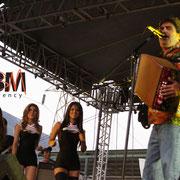 CHICAS BM CON CELSO PIÑA EN FESTIVAL