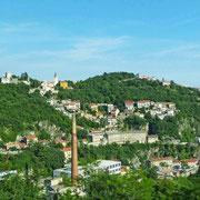Rijeka - Großstadt in grün :) oben links die Trsatska Gradina, eine große Festung