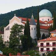 Von unserem Balkon aus: Blick auf die Kirche der Mariä Verkündung: Der Bau ist neoromanisch. Die Errichtung nach den Plänen des Architekten Karl Seidl wurde von den Östereichern begonnen und von den Italienern 1906 beendet.