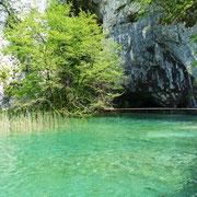 Das ist der berühmte Silbersee beim Winnetou-Film. Die Schatzhöhle (Supljara pecina) befindet sich am hinteren Ende des Sees und ist begehbar. Direkt links neben der Höhle befindet sich die Felsspalte durch die die Banditen zum See hinab stiegen!