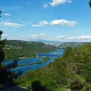 Blick auf den Visovačko jezero, ein tief in den Stein eingegrabener See, der von der Krka durchquert wird. Wir blicken in die Richtung, aus der die Krka kommt.
