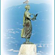 """""""Das Mädchen mit Möwe"""" mit Möwe :)) - also die in der Hand gehört zur Skulptur und diese heißt wirklich so. Die Möwe auf dem Kopf hat sich allerdings einen tollen Platz gesichert."""
