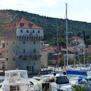 . . . Wehrturm aus dem 16. Jahrhundert  (früher ein Kastell - heute ein Hotel)