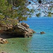 In mancher Bucht findet sich auch eine Höhle wie hier