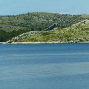 . . . eine Mauer auf der Halbinsel Oštrica, sie ist ungefähr 10 m hoch und 1m breit und jetzt ein Wahrzeichen für diese Gegend.