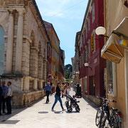 Kalelarga oder Široka ulica (Breite Straße) ist die bekannteste Hauptstraße Zadars, älter als die Stadt selbst, die von Osten nach Westen, vom Volksplatz bis zum Forum verläuft.
