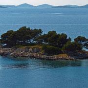 Immer wieder kleine unbewohnte Inselchen.