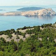 Die Höllen-Inseln: Goli Otok und hinten Otok Sveti Grgur. Ganz links schaut der letzte Zipfel der bekannten Insel Rab heraus