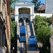 Diese Zahnradbahn verbindet die Unterstadt mit der Oberstadt - man kann aber auch die Stufen laufen.