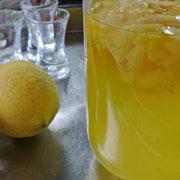 Zitronenschale in Alkohol - Limoncello
