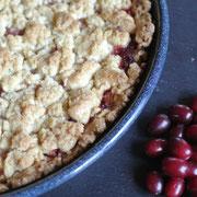 Streuselkuchen mit Früchten und Beeren