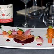 Le saumon Gravlax/gelée de betteraves/pickles et glace artisanale tomate basilic.
