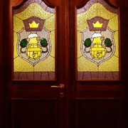 Двери с витражами.