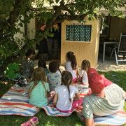 Kinderparty im Garten mit Kasperlitheater