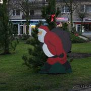 Weihnachtsmann auf dem Robert-Dohrmann-Platz in Cuxhaven Duhnen