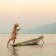 Die berühmten Einbeinfischer des Inle Sees.