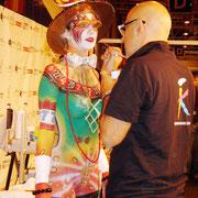 """Fernando Santos maquillando a """"Lucky Girl"""" en FIKAE"""
