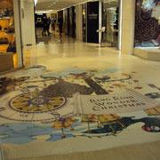 店舗の交差点床のイベント画像全面にハードコートフィルムが施されています