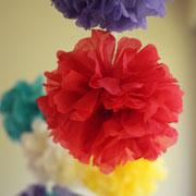 Pompons - selbst gemachte Dekoration für Kinderparty und Kindergeburtstag