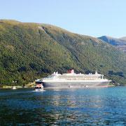 Tenderboote bringen die Passagiere an Land