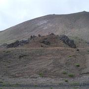 「岩手山火口」まだ少し噴煙が出ている。